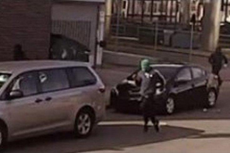 费城警方正在寻找三名涉嫌参与2021年2月17日奥尔尼交通中心枪击案的枪手嫌疑人.并公布了上图中他们怀疑参与袭击的个人照片。其中一名嫌疑人在上图。据描述,他是一名身材瘦弱的男性,他戴着绿色口罩,身穿深色夹克,手臂上有白色条纹,胸前有一个徽章,深色裤子,深色鞋子。(photo:PhillyVoice)