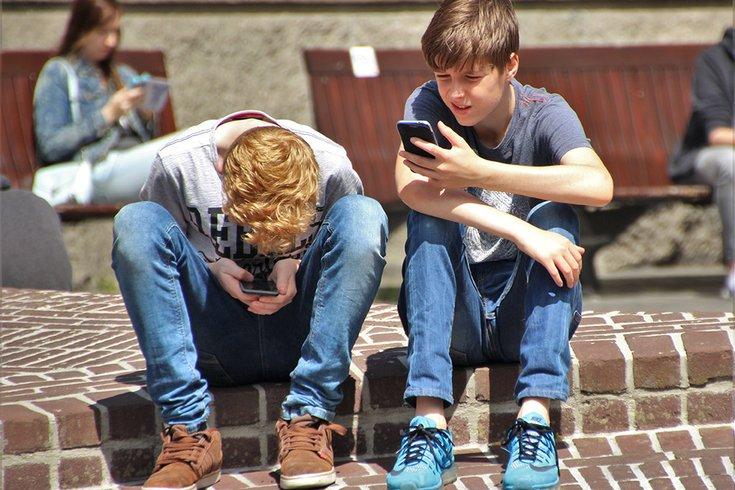 03012019_boys_cellphones_pexels