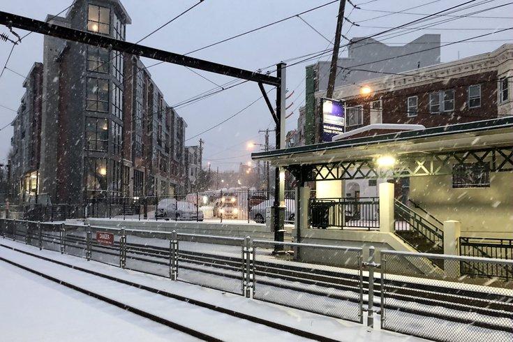 周三,在SEPTA位于罗克斯伯勒的Wissahickon车站,积雪覆盖了铁轨和火车平台。SEPTA官员表示,区域铁路列车周三傍晚仍在运行,但这可能会受到积雪和风的影响。(photo:PhillyVoice)