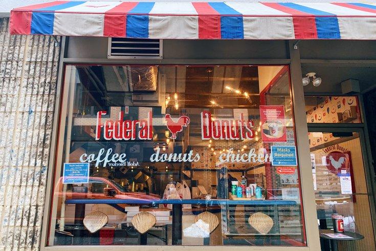联邦甜甜圈店位于Sansom街1632号,于2012年开业。它将于2月24日星期三关门。在最后一周,该店将带回其受欢迎的shabazi鸡。(photo:PhillyVoice)