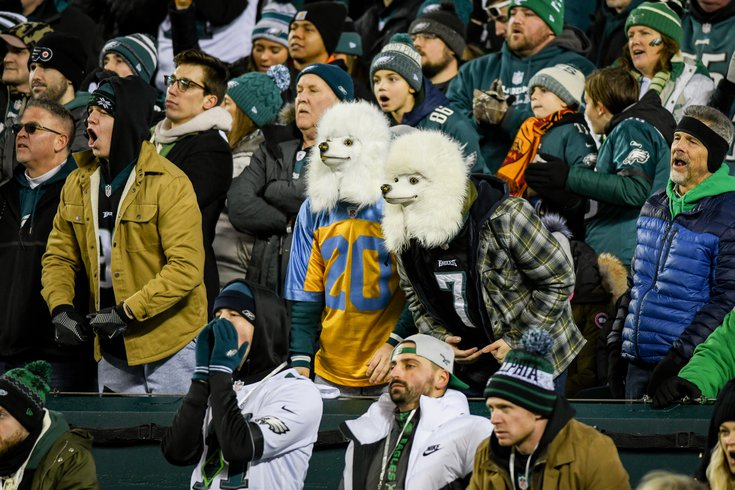 52_01052020_EaglesvsSeahawks_Eagles_fans_dog_masks_KateFrese.jpg