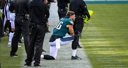 Zach_Ertz_sidelines_Eagles_Rams_Kate_Frese_092020