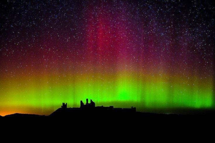 阿拉斯加大学-费尔班克斯分校地球物理研究所的极光预报显示,12月10日星期四晚上在宾夕法尼亚州有机会看到北极光。观星者可能要到费城以北才能一睹为快。上图为英国一座城堡上空的北极光。(photo:PhillyVoice)