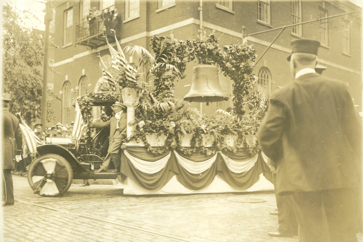 Trucks leaves Independence Hall with Liberty Bell