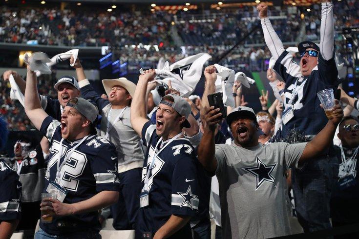042718_Dallas-Fans_usat