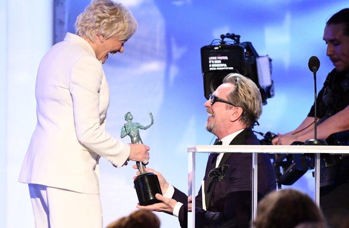 Gary Oldman presents Glenn Close with her SAG award