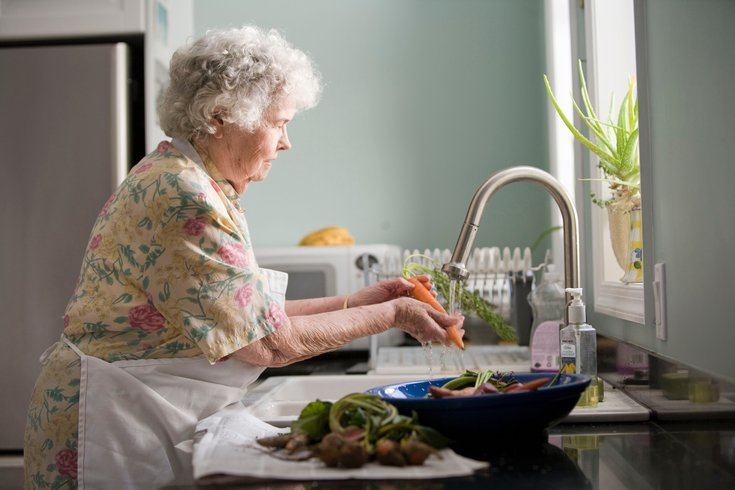 New study identifies why older adults struggle with dehydration