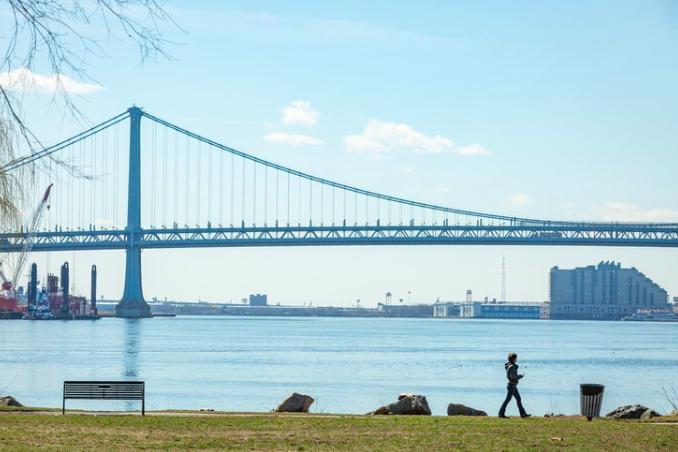 费城建筑师Louis Kahn的浮动音乐厅 'Point Counterpoint II '在被一家开发前PECO发电站的房地产公司购买后,将成为特拉华河上的永久性建筑。(photo:PhillyVoice)