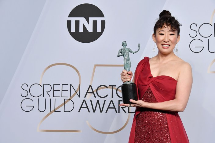 Sandra Oh poses with her SAG award for best actress in a drama series